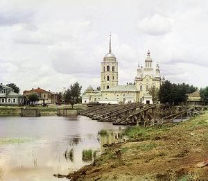 Вдалеке видна флоро лаврская церковь